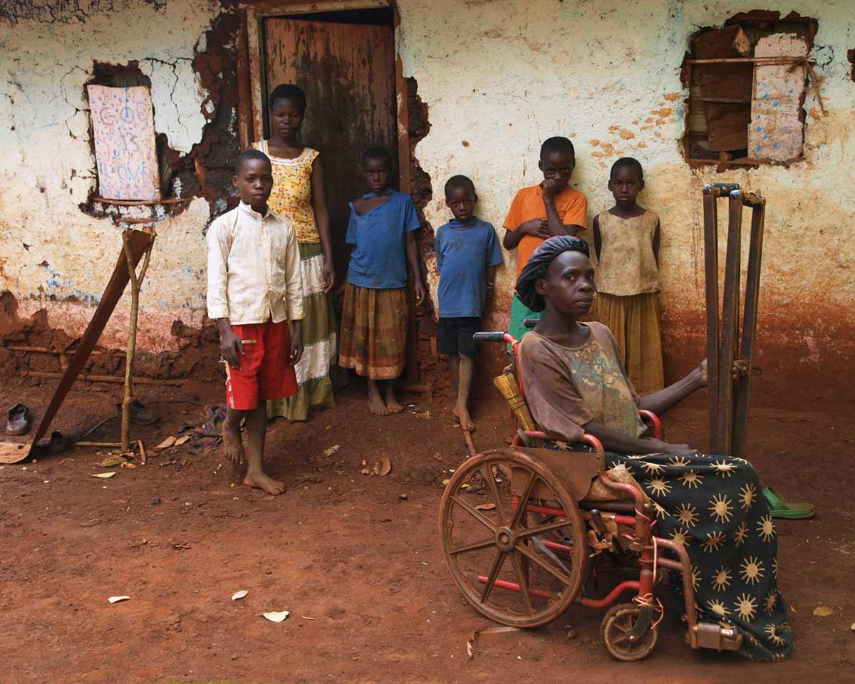 """""""Kevin Birimumaard, links im Bild, besuchte mit mir seine Mutter. Sie leidet an Polio (Kinderlähmung). Der Vater ist im Sudankrieg verschollen. Der Rollstuhl absoluter Luxus."""" - Mandy Knuth"""
