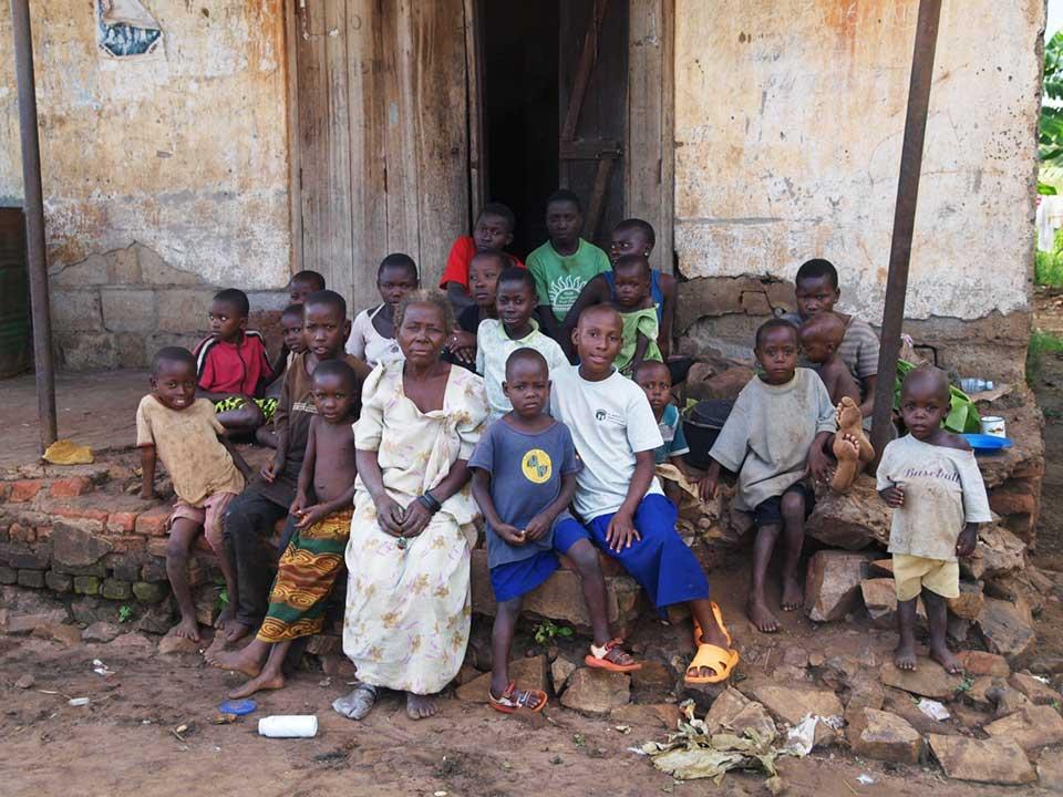 """""""Beatrice Namakula sorgt für 22 Waisen, davon sind 2 ihre leiblichen Enkelkinder. Sie lachte, als ich sie nach ihrem Alter fragte, und konnte es mir nicht genau sagen. Wir schätzten sie auf ca. 65 Jahre. Die durchschnittliche Lebenserwartung in Uganda sind 53 Jahre."""" –Mandy Knuth"""