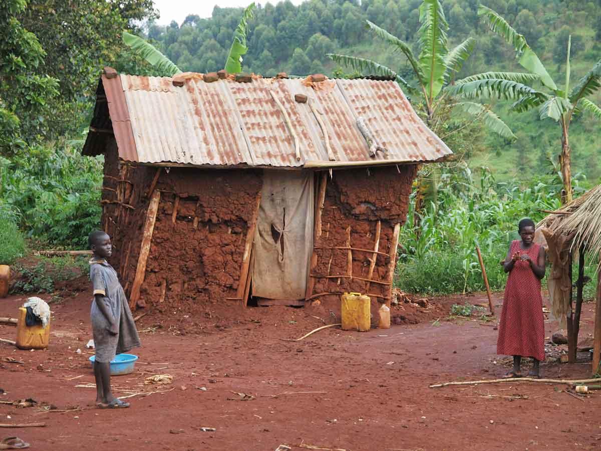 """""""In diesem Lehmhaus wohnt eine 5-köpfige Familie, kein Strom, kein fliessend Wasser. Die nächste Wasserstelle ist ca. 2 Stunden entfernt und das Wasser wird mit den Kanistern herangetragen."""" - Mandy Knuth"""