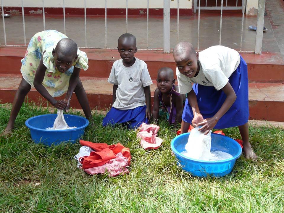 """""""Allen Kindern wird von klein auf an das Waschen und Pflegen der Kleidung beigebracht. Größere Kinder helfen dabei den Kleinen."""" – Mandy Knuth"""