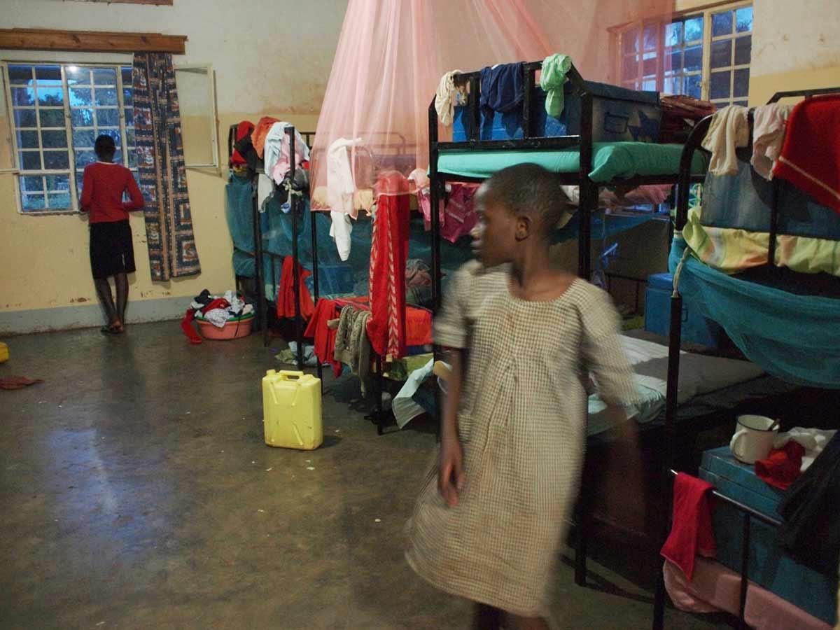 """""""Im Haus der Mädchen. Wenige haben ein Moskitonetz. In Afrika sterben mehr Menschen an Malaria, als an AIDS."""" – Mandy Knuth"""