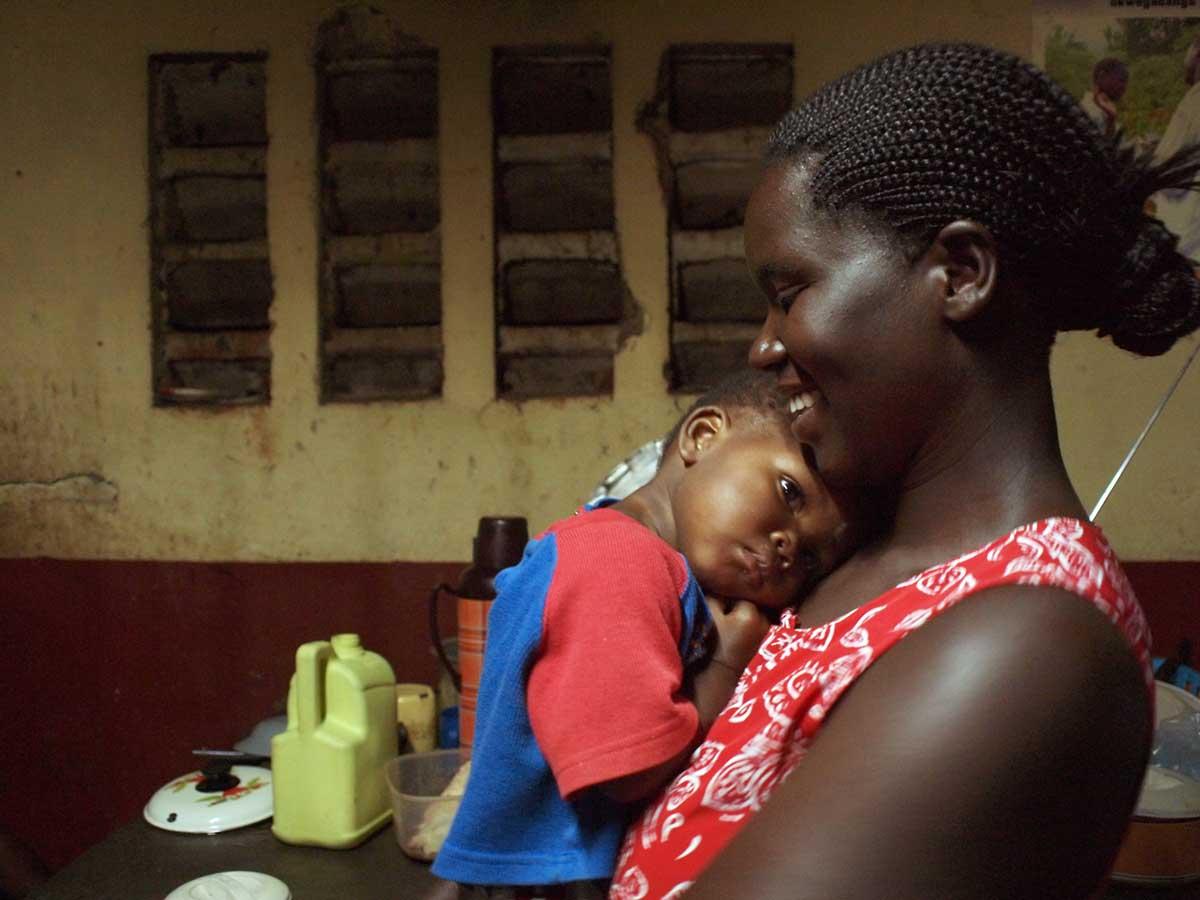 """""""Mamas werden Mamas genannt, weil sie genau diese ersetzen. Dieses Waisenmädchen war seit  wenigen Tagen im Center und benötigte besonders viel Liebe."""" – Mandy Knuth"""