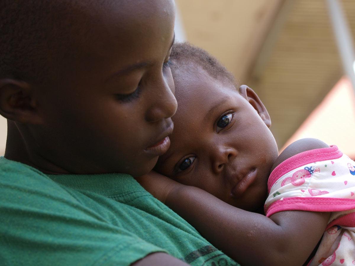 """""""Der starke Zusammenhalt der Kinder symbolisiert die Sehnsucht nach Geborgenheit und Nähe."""" – Mandy Knuth"""
