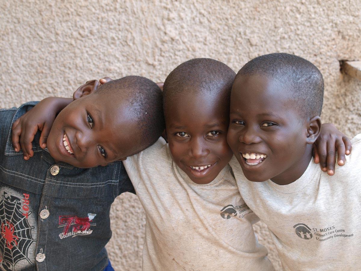 """""""Robert, Meddy und Ivan, ein unzertrennliches Team der drei Waisen. Ivan verstarb 2012 an einer Sichelzellenanämie. Er war sehr beliebt und fehlt."""" – Mandy Knuth"""